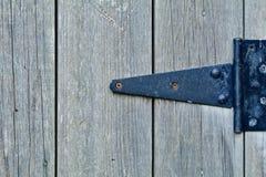Viejo detalle de la puerta de la vertiente de madera fotografía de archivo