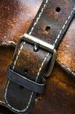 Viejo detalle desgastado de la hebilla del bolso de cuero Imágenes de archivo libres de regalías