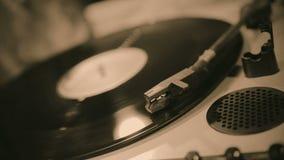 Viejo disco de vinilo que juega en la placa giratoria, colección retra de la melodía, música del vintage almacen de metraje de vídeo