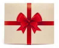 Viejo embalaje de papel con la cinta roja y el arco rojo Fotografía de archivo libre de regalías