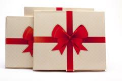 Viejo embalaje de papel con la cinta roja y el arco rojo Foto de archivo libre de regalías