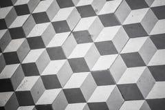 Viejo embaldosado blanco y negro en el piso, modelo cúbico Fotos de archivo libres de regalías
