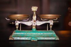 Viejo equilibrio de oro de balanza, escala vieja antigua, ol del vintage imágenes de archivo libres de regalías