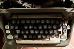 Viejo escriba a máquina con las fuentes tailandesas Imagenes de archivo