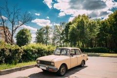Viejo estacionamiento ruso del coche en la calle del pueblo en Sunny Summer Day Imagen de archivo