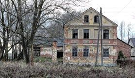 Viejo estado abandonado arruinado con las ventanas quebradas Imagen de archivo libre de regalías