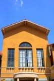 Viejo estilo europeo de la casa amarilla Foto de archivo libre de regalías