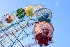 Viejo estilo Ferris Wheel Over Blue Sky Imagen de archivo