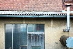 Viejo exterior constructivo abandonado Imagenes de archivo