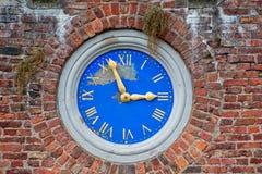 Viejo exterior construido en reloj de pared imágenes de archivo libres de regalías