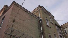 Viejo exterior del edificio de ladrillo almacen de video