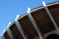 Viejo exterior grande de la bóveda del estadio de fútbol concreto de la arena foto de archivo