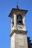 Viejo extracto todo de Castronno y día soleado de la campana de la torre de iglesia Fotografía de archivo