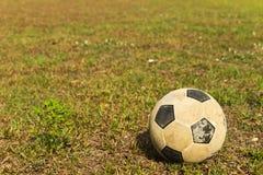 Viejo fútbol en campo Imagen de archivo