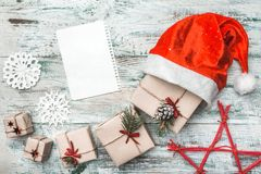 Viejo fondo blanco de madera Carta a Santa Tarjeta de felicitación de la Navidad, artículos hechos a mano Imagen de archivo libre de regalías