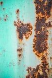 Viejo fondo corroído de la pared del metal con la pintura azul escamosa Superficie de metal agrietada escamosa oxidada Resuma la  imagen de archivo