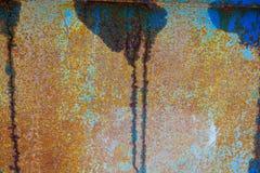 Viejo fondo corroído de la pared del metal con la pintura azul escamosa Superficie de metal agrietada escamosa oxidada Resuma la  fotografía de archivo libre de regalías