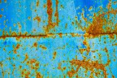Viejo fondo corroído de la pared del metal con la pintura azul escamosa Superficie de metal agrietada escamosa oxidada Resuma la  fotos de archivo