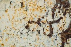Viejo fondo corroído de la pared del metal con la pintura gris escamosa Superficie de metal agrietada escamosa oxidada Resuma la  fotografía de archivo libre de regalías
