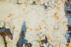 Viejo fondo corroído de la pared del metal con la pintura gris escamosa Superficie de metal agrietada escamosa oxidada Resuma la  imagenes de archivo
