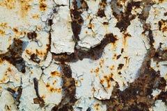 Viejo fondo corroído de la pared del metal con la pintura gris escamosa Superficie de metal agrietada escamosa oxidada Resuma la  imagen de archivo libre de regalías