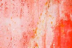 Viejo fondo corroído de la pared del metal con la pintura roja escamosa Superficie de metal agrietada escamosa oxidada Resuma la  fotografía de archivo libre de regalías