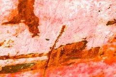 Viejo fondo corroído de la pared del metal con la pintura roja escamosa Superficie de metal agrietada escamosa oxidada Resuma la  imagenes de archivo