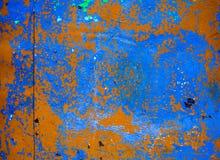 Viejo fondo corroído de la pared del metal con verde azul escamoso y pintura marrón Superficie de metal agrietada escamosa oxidad foto de archivo libre de regalías