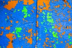 Viejo fondo corroído de la pared del metal con verde azul escamoso y pintura marrón Superficie de metal agrietada escamosa oxidad fotos de archivo