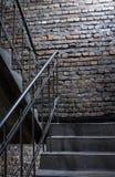 Viejo fondo de la pared de ladrillo del grunge con las escaleras imagen de archivo libre de regalías