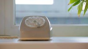 Viejo fondo de la ventana de la mano del teléfono almacen de metraje de vídeo