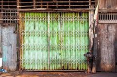 Viejo fondo de las parrillas de puerta del hierro Imágenes de archivo libres de regalías