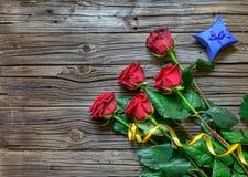 Viejo fondo de madera astillado con las rosas provenidas Imágenes de archivo libres de regalías