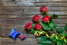 Viejo fondo de madera astillado con las rosas provenidas Fotos de archivo libres de regalías