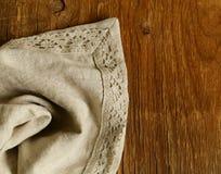 Viejo fondo de madera con la servilleta de lino del cordón Imagenes de archivo