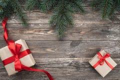 Viejo fondo de madera con las ramas del abeto Regalos de día de fiesta Tarjeta de Navidad Visión superior imagenes de archivo