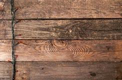 Viejo fondo de madera de la Navidad con la guirnalda y la copia eléctricas Fotografía de archivo libre de regalías