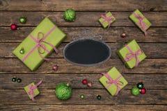 Viejo fondo de madera del marrón oscuro con el chec blanco rojo verde Imagen de archivo libre de regalías