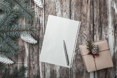 Viejo fondo de madera El abeto verde ramifica los conos blancos Tarjeta de Navidad, ` s Eve de la Navidad y del Año Nuevo Fotos de archivo