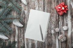 Viejo fondo de madera El abeto verde ramifica los conos blancos Tarjeta de Navidad, ` s Eve de la Navidad y del Año Nuevo Imagen de archivo libre de regalías