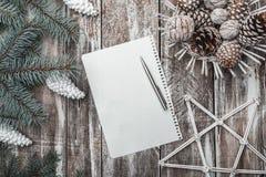 Viejo fondo de madera El abeto verde ramifica los conos blancos Tarjeta de Navidad, ` s Eve de la Navidad y del Año Nuevo Carta a Fotos de archivo libres de regalías