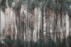Viejo fondo de madera rústico El abeto verde ramifica en el top y la parte inferior Espacio para el mensaje de la enhorabuena de  imagen de archivo