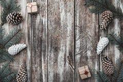 Viejo fondo de madera Ramas del abeto, conos Beca de la Navidad, Año Nuevo y Navidad Espacio para el mensaje y los días de fiesta Imagen de archivo libre de regalías