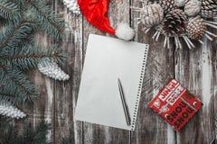 Viejo fondo de madera Ramas verdes del abeto Tarjeta de Navidad, ` s Eve de la Navidad y del Año Nuevo Casquillo del ` s de Papá  Foto de archivo libre de regalías