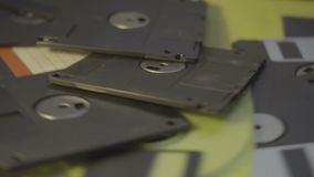 Viejo fondo del concepto del centro de datos de los disquetes, pila de discos blandos que giran tecnología anticuada almacen de metraje de vídeo
