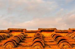 Viejo fondo del tejado de tejas en la puesta del sol imagen de archivo