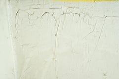 Viejo fondo pintado agrietado blanco de la pared del yeso Imagen de archivo libre de regalías