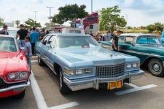 Viejo Ford Cadillac en una exposición de los coches del vintage parqueó cerca de la alameda grande de Regba Imagen de archivo libre de regalías