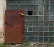 Viejo fragmento constructivo envejecido, casa destruida Fábrica cerrada vieja del fragmento Puertas abandonadas viejas con el foc Imagenes de archivo