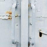 Viejo fragmento pintado de la puerta del metal Imagen de archivo